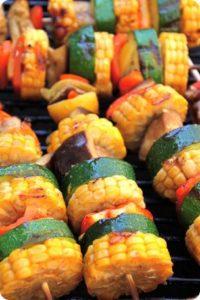 Brochettes de légumes et maïs grillés au barbecue