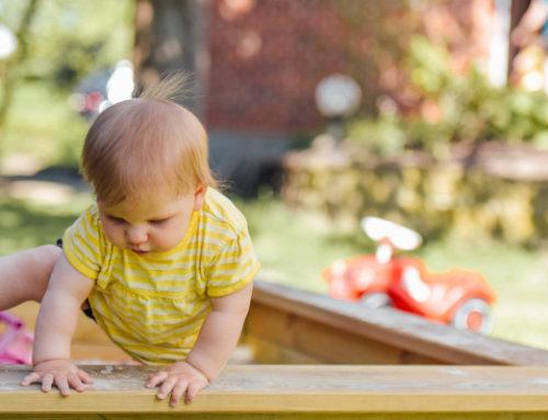 Bébé marche à quatre pattes : comment éviter les accidents domestiques ?